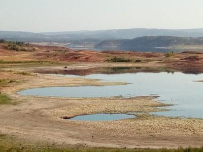 Los ribereños miran al pantano de San Juan